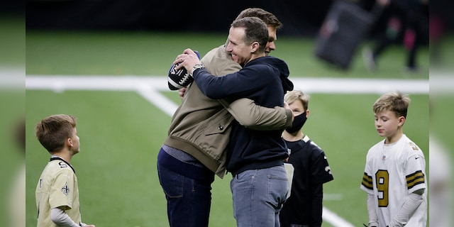 New Orleans Saints Quarterback Drew Press right, hugs Tampa Bay Buccaneers Quarterback Tom Brady as Brie's kids look after the NFL playoff match between the New Orleans Saints team and Tampa Bay Pirates, Sunday, January 17, 2021, in New Orleans.  Tampa Bay Buccaneers won, 30-20.  (AP Photo / Butch Dell)